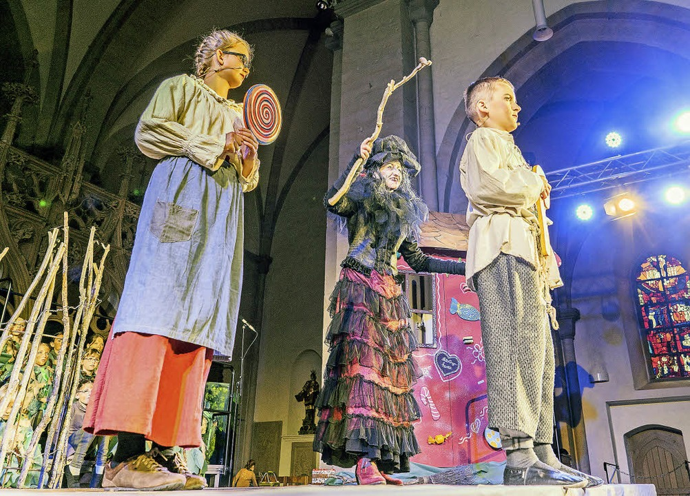 """Der Kinderchor St. Stephan und der  Ch...tel"""" im Breisacher Münster mit.     Foto: Martin Hau"""