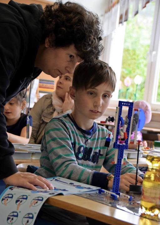 Bauen mit Lego stößt bei den Schülern ...links) schaut ihnen über die Schulter.  | Foto: Sarah Nöltner