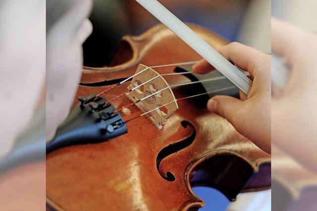 Erwachsene lernen Geige