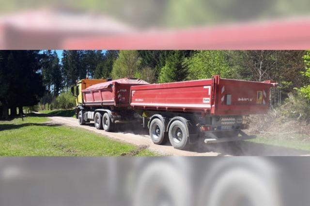 Lkw-Transporte wirbeln Staub auf