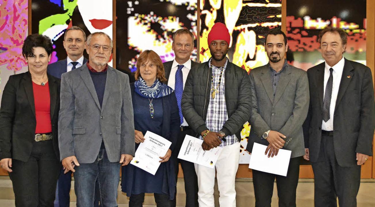 Rita Böcherer von der Sparkasse Offenb...ateh und Suliman Abu Ghaida entgegen.   | Foto: Karin Reimold