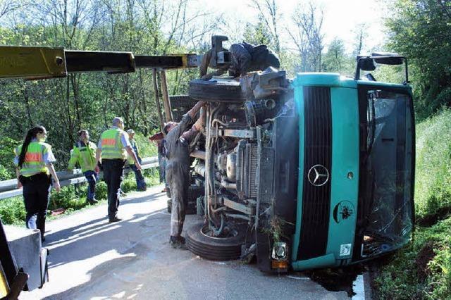 Ladekran-Fahrzeug kippt auf der Kreisstraße um