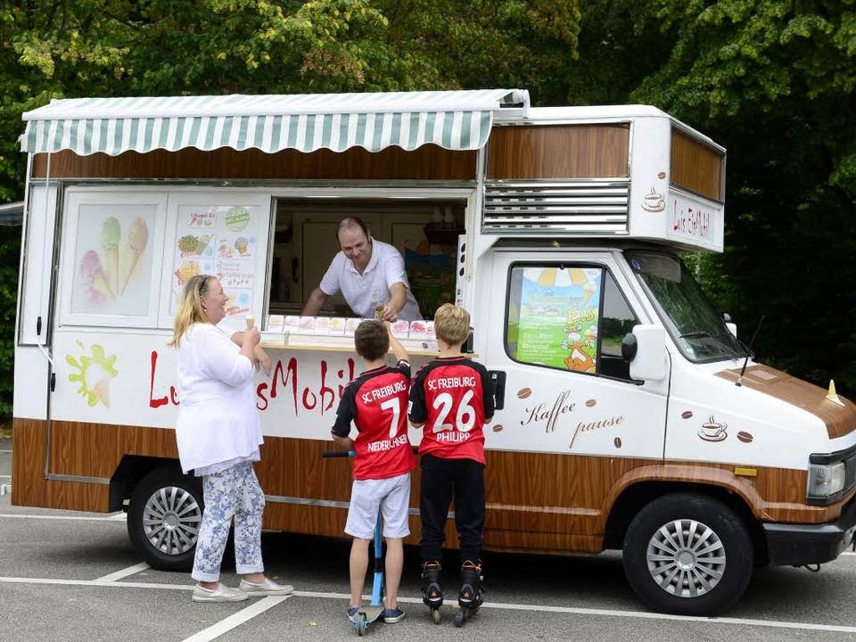 Luis Salgado verkauft sein Eis derzeit in Ebnet.   | Foto: Ingo Schneider