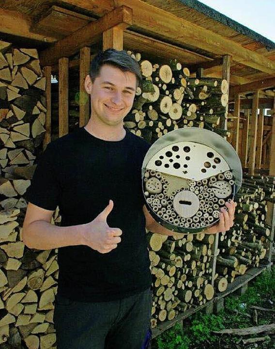 Florian präsentiert sein Insektenhotel.  | Foto: zvg