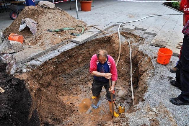 Wasserverlust im Freibad: Arbeiter suchen nach dem Leck
