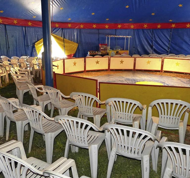 Noch sind alle Stühle in der Manege de...hofft auf regen Zuspruch in Buchheim.   | Foto: Bachmann-Goronzy