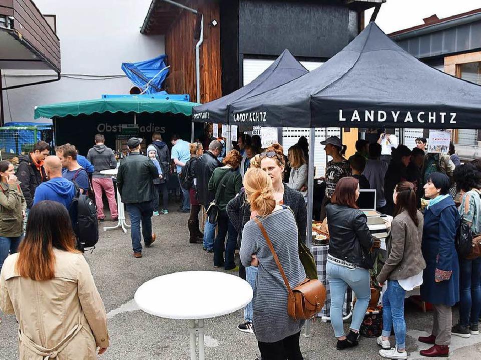 Wochenmarkt auf dem Hof des Freiburger Skateboardladens Layback    Foto: Sebastian Wolfrum