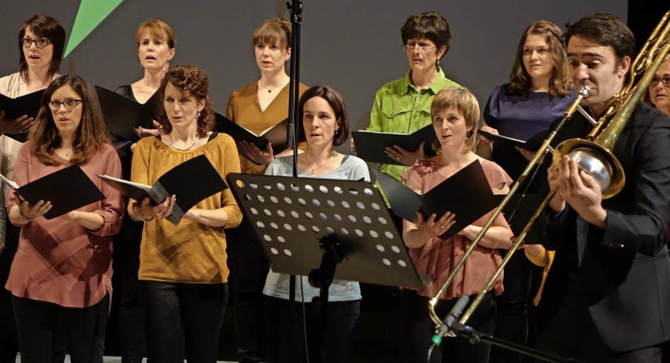Das Vokalensemble Choriosa Basel und d...st Stephen Menotti in derGare du Nord   | Foto: Roswitha Frey