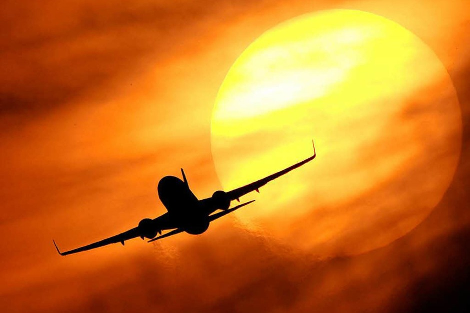 Fluggastdaten: Luftfahrtunternehmen müssen die Daten von Passagieren speichern, die aus einem EU-Staat in einen Nicht-EU-Land fliegen oder umgekehrt. Das soll dem Kampf gegen Terrorismus und schwere Kriminalität dienen. Zu den Daten gehören Name, Kreditkartennummer, Anschrift oder E-Mail-Adresse. (Foto: dpa)