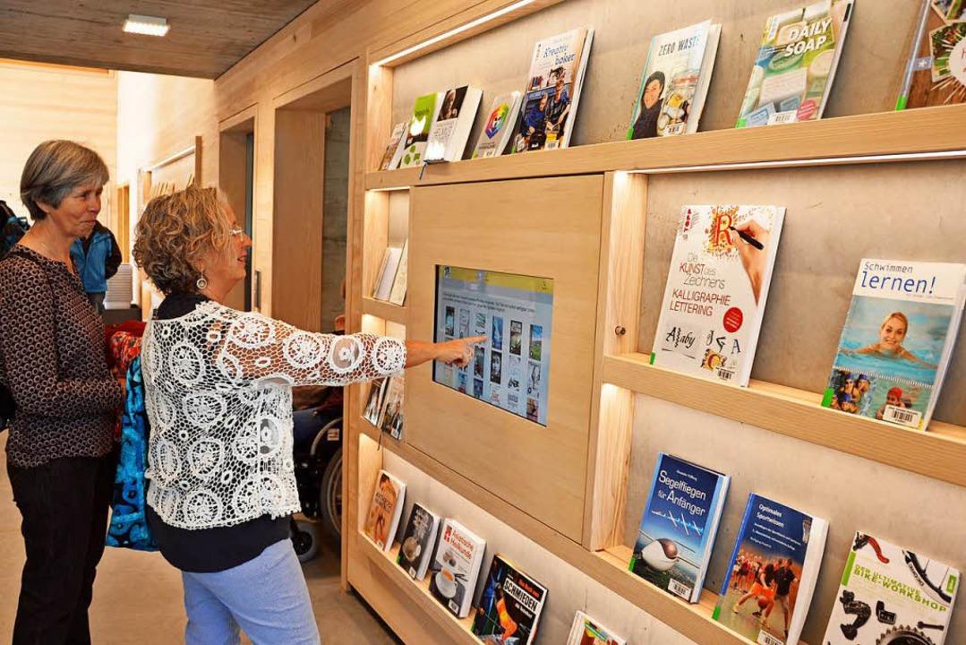 Besucherinnen erkundeten die neue Mediathek.  | Foto: Gerhard Lück