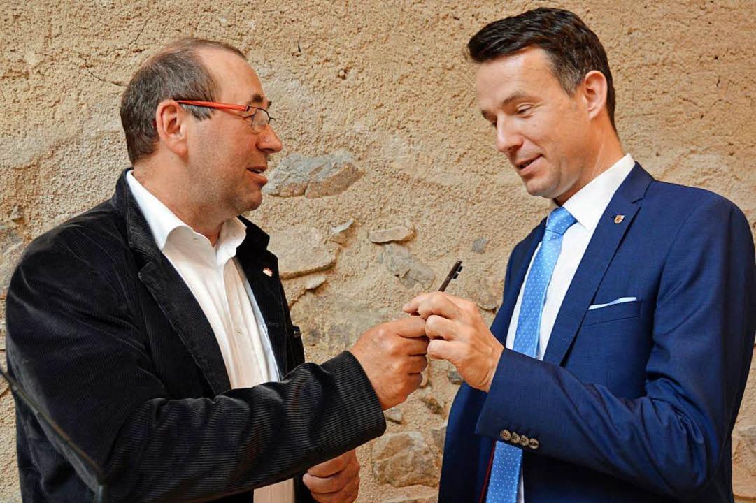 Willi Sutter (links) überreichte den Schlüssel an Bürgermeister Andreas Hall.  | Foto: Gerhard Lück