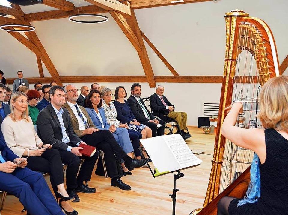 Die Einweihung begleitete Professorin Kirsten Ecke mit festlicher Harfenmusik.  | Foto: Gerhard Lück