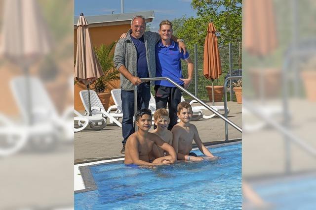 Drei Schüler sind die ersten Badegäste