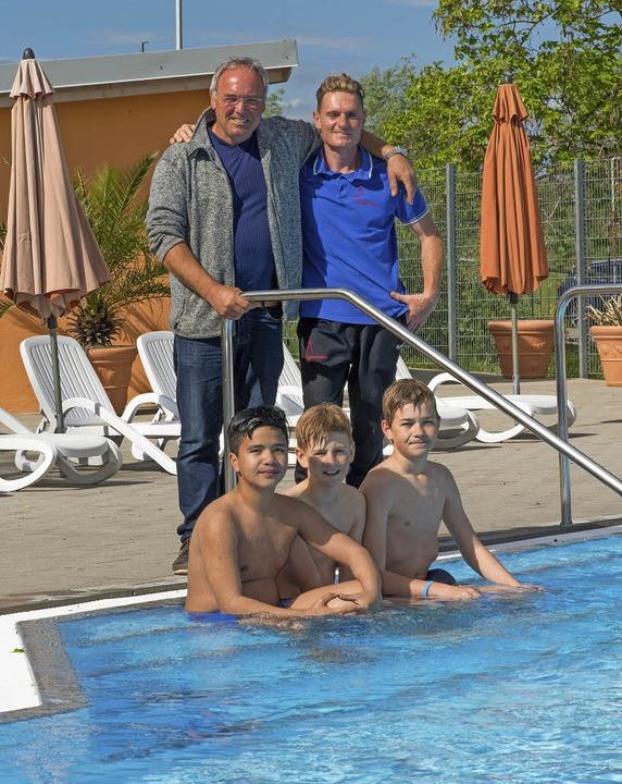 Die Schwimmbadchefs Edgar Koslowski un... und  Michael Mai (sitzend von links)     Foto: Olaf Michel