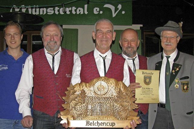 MGV Obertal hält den Pokal im Rennen