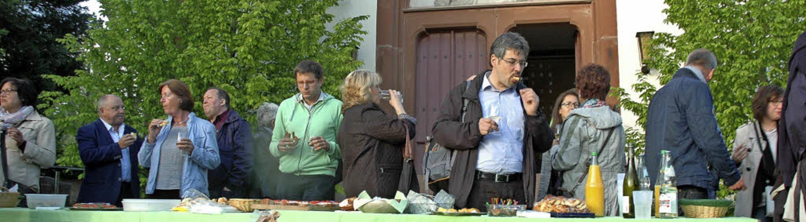 In den Pausen zwischen den Programmpun...s Snacks und Gelegenheit zum Gespräch.  | Foto: Regine Ounas-Kräusel