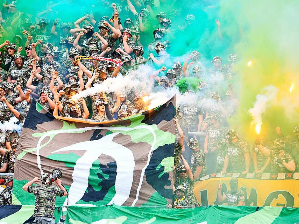 Dresdner Fans zünden zu Spielbeginn bengalisches Feuer.  | Foto: dpa