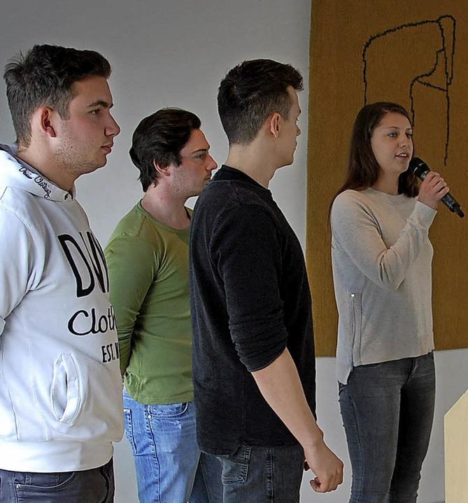 Eva Bär, Raphael Blust, Marvin Dinkel ...tritt erläutern  Etappen des Projekts.  | Foto: GHSE