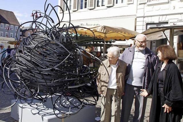 Angelika Summa möbliert mit ihren Metallgeflechten die Lahrer Innenstadt