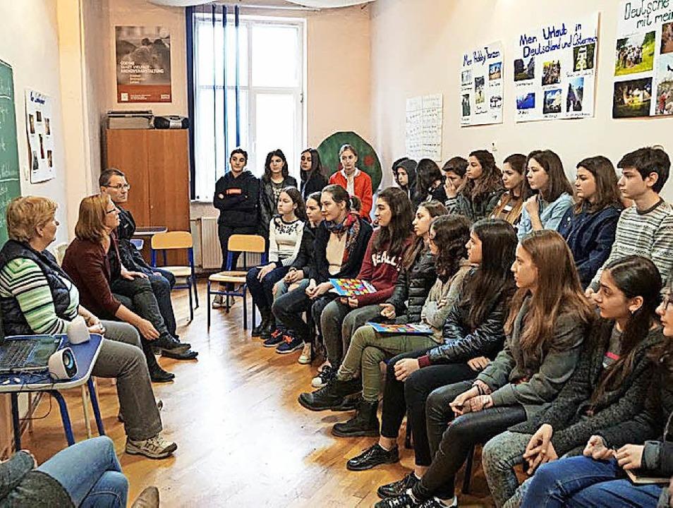 Georgische Schulklasse im Deutschunter... der Lehrer der Max-Planck Realschule   | Foto: Fotos: Privat