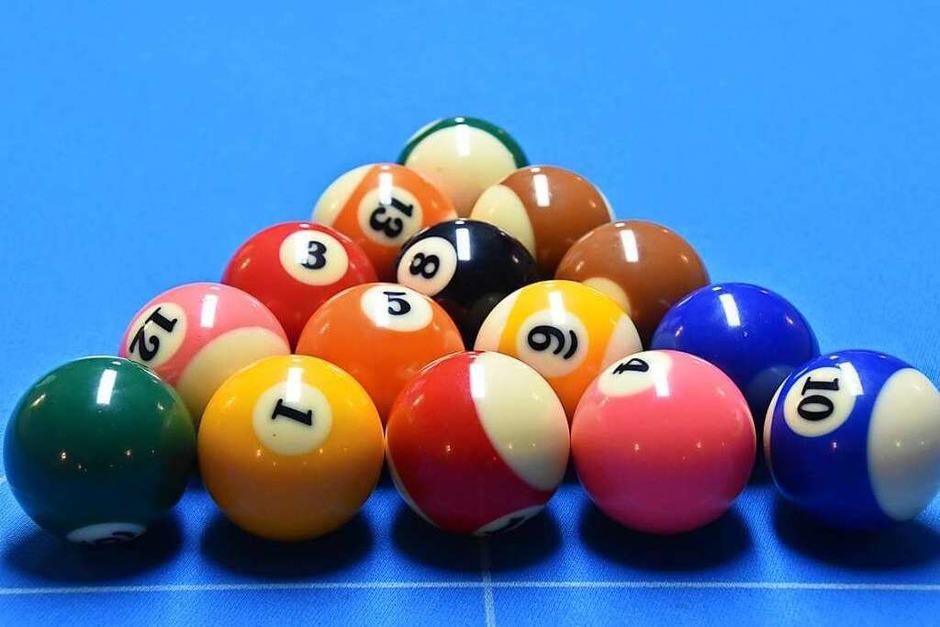 Die KJG Denzlingen hat die Denzlinger Bürgermeisterkandidaten zum Billard und Snooker spielen eingeladen. (Foto: Max Schuler)