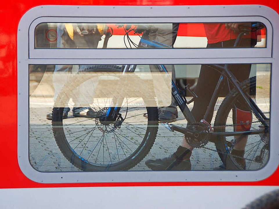 Wer sein Rad im Zug mitnehmen will, zahlt – auch nach 9 Uhr.   | Foto: Blum