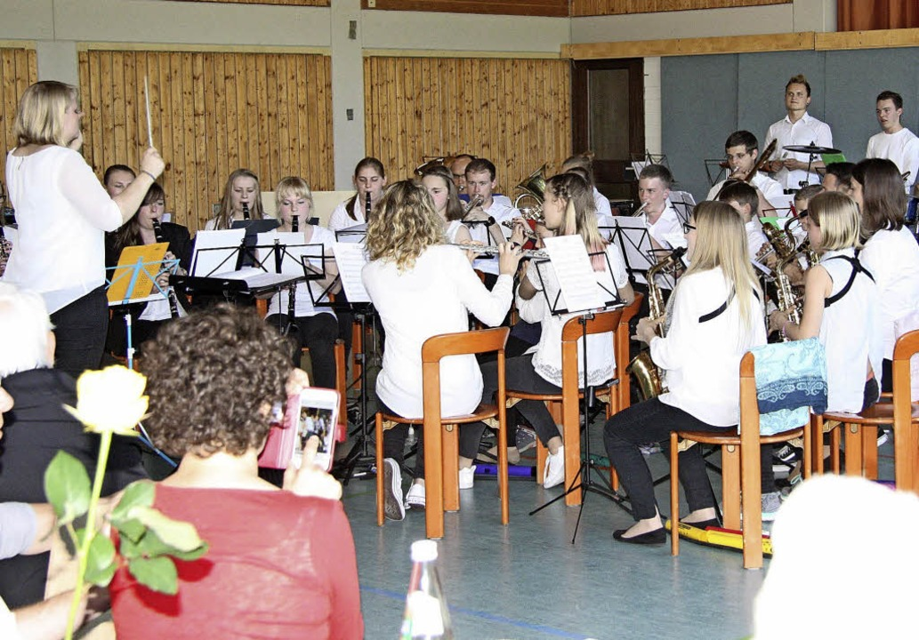 Maria Krey führte Wollbachs Jungmusiker souverän durch das Muttertagskonzert.   | Foto: Bronner
