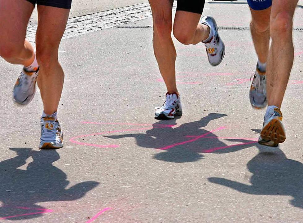 Der Läufer brach nach der Ziellinie beim Schluchseelauf zusammen.  | Foto: Rita Eggstein