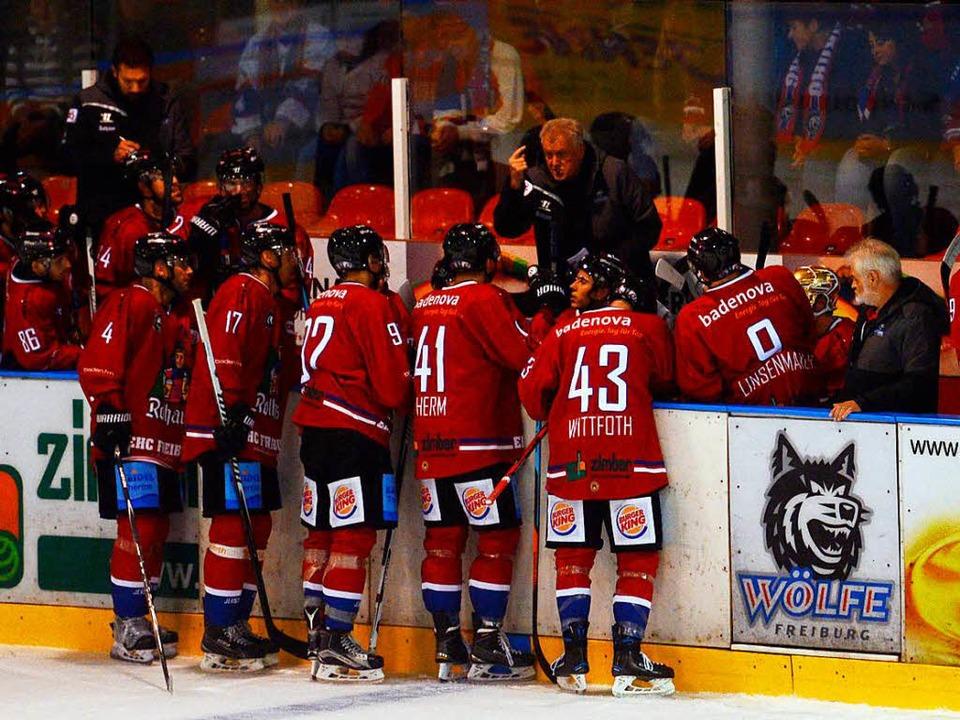 Trainer Leos Sulak gibt den Wölfen in ... bald wird das Team neu gemischt sein.  | Foto: Patrick Seeger