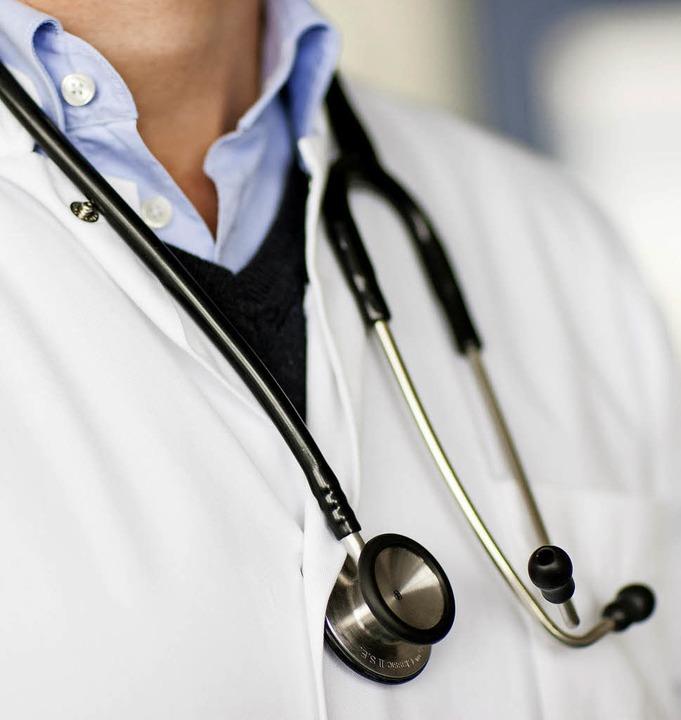 Ist für Ärzte nicht nur beim Einsatz d... Zuhören im Umgang mit den Patienten.   | Foto: Rolf Vennenbernd/dpa