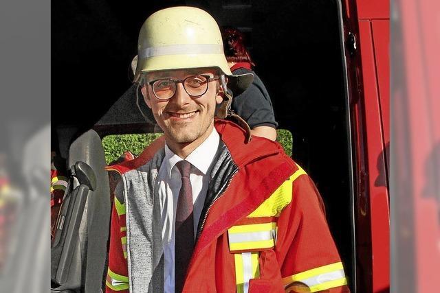 Feuerwehrjacke und Helm für den Rathauschef