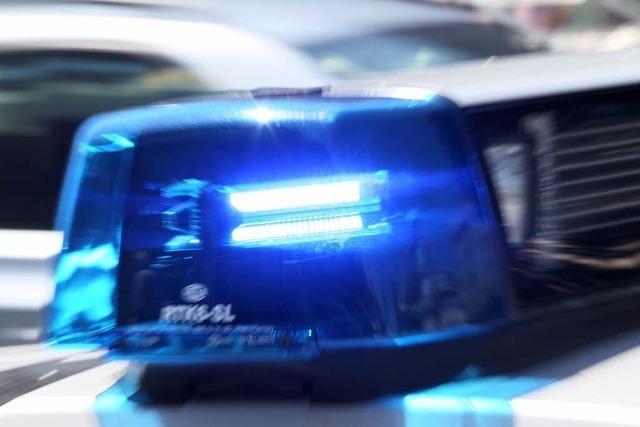 Auto fährt Frau auf Hauptstraße in Bötzingen an