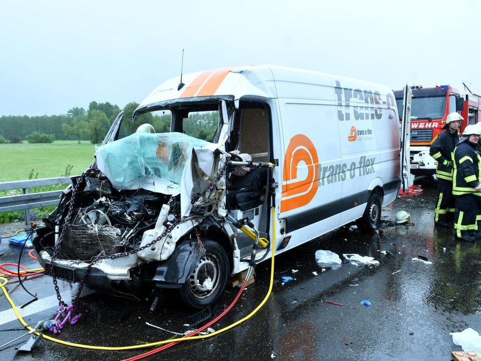 Die Fahrerkabine des Sprinters wurde b...m Unfall auf der A5 komplett zerstört.    Foto: kamera24