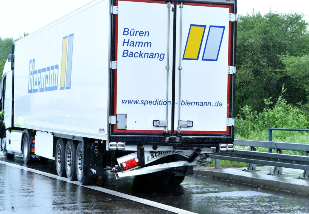Der Fahrer des Sprinters hatte ein Sta...war in das Heck dieses Lasters gerast.    Foto: kamera24