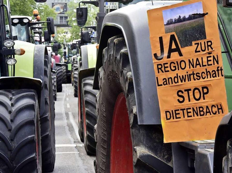 Die Bauern demonstrieren gegen den neuen Stadtteil Dietenbach  | Foto: Thomas Kunz