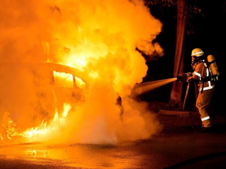Ein BMW brannte am Samstagabend auf de... sind noch keine bekannt. (Symbolbild)    Foto: dpa