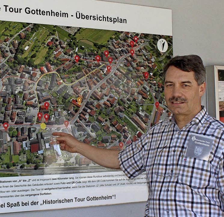Kurt Hartenbach vor der Hinweistafel z...te Dorfbachplatz feierlich eingeweiht.  | Foto: mario schöneberg