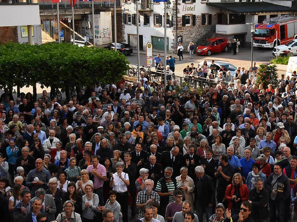 Der Rathausplatz in Denzlingen war vol...ehrheit  applaudierte Markus Hollemann  | Foto: Jonas Hirt