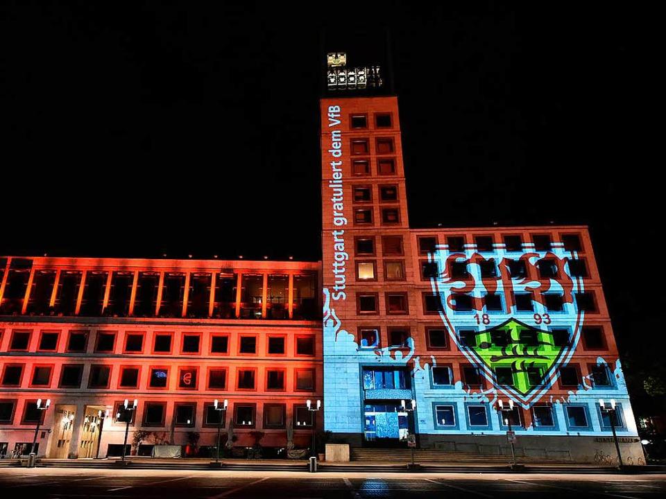 Das Stuttgarter Rathaus ist mit dem Wappen des VfB beleuchtet.    Foto: dpa