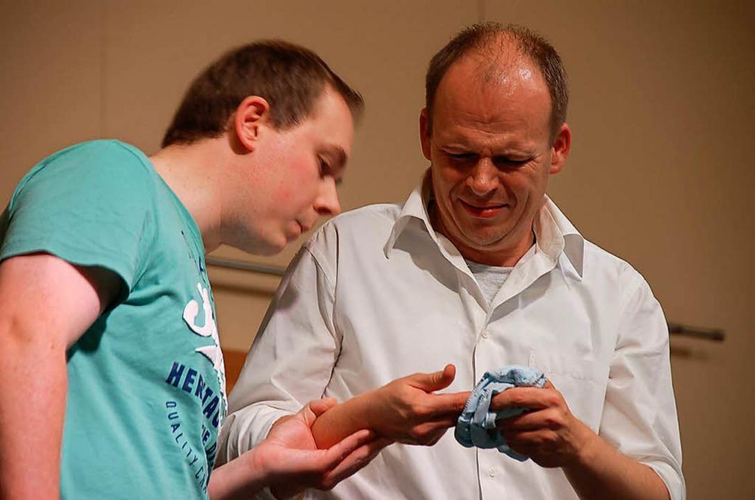 Markus Sandmann (links, Bernd Bruder) ... gebeutelten Bruder Hans (Thomas Gut).  | Foto: Jutta Binner-Schwarz