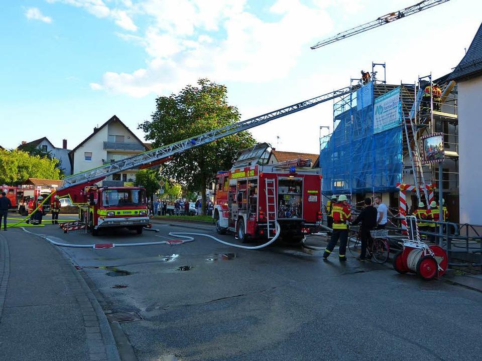Der Brand in Köndringen wurde mit Hilfe der Drehleiter gelöscht.    Foto: Aribert Rüssel