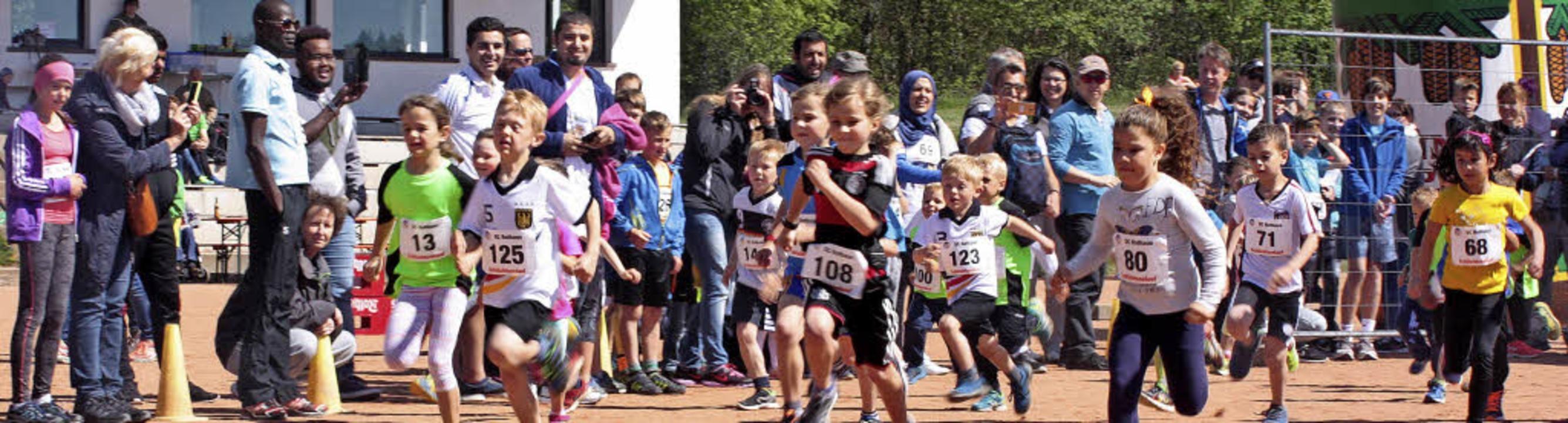 Start der Bambini: Die jüngsten Läufer...les auf der 500 Meter langen Strecke.   | Foto: Dorothée Kuhlmann