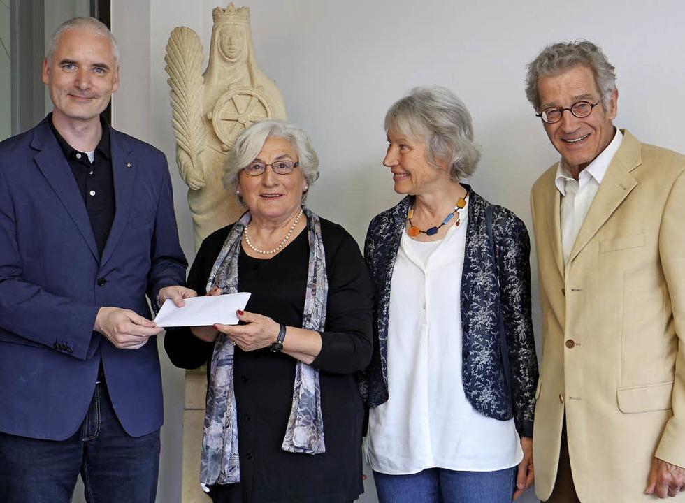 3000 Euro-Spende vom  Lions Club: Von ...tiftungsratsmitglied Volker Steinberg.    Foto: Ruth Seitz