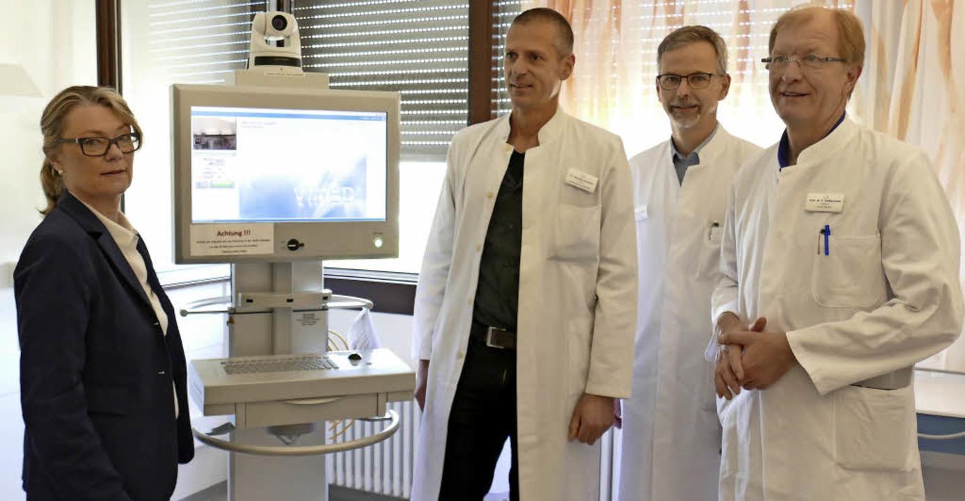 Krankenhausgeschäftsführerin Elisabeth...n dem Monitor für die Teleneurologie.   | Foto: Lena Marie Jörger