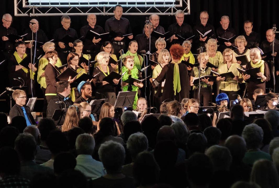 Mit großer Stimmkraft präsentierten die Musikerinnen und Musiker die Stücke.   | Foto: Ansgar Taschinski