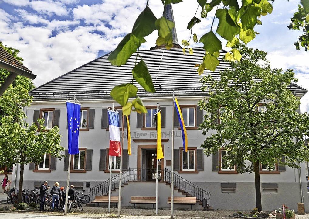 Das Rathaus in Vörstetten ist saniert ...0; ziert dort den Bürgersaal (unten).   | Foto: Herbert Geisler