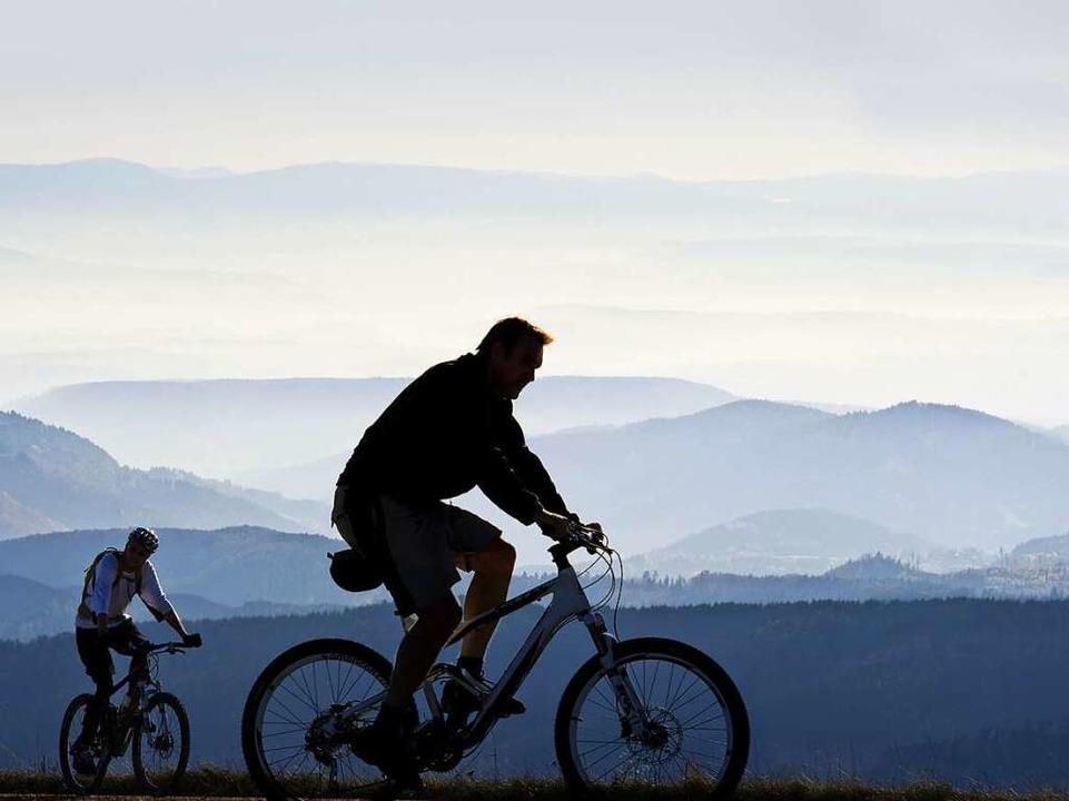 Immer mehr  Radler im Schwarzwald zieh...iese beiden Mountainbiker am Belchen.   | Foto: Daniel Schoenen/Privat (2)