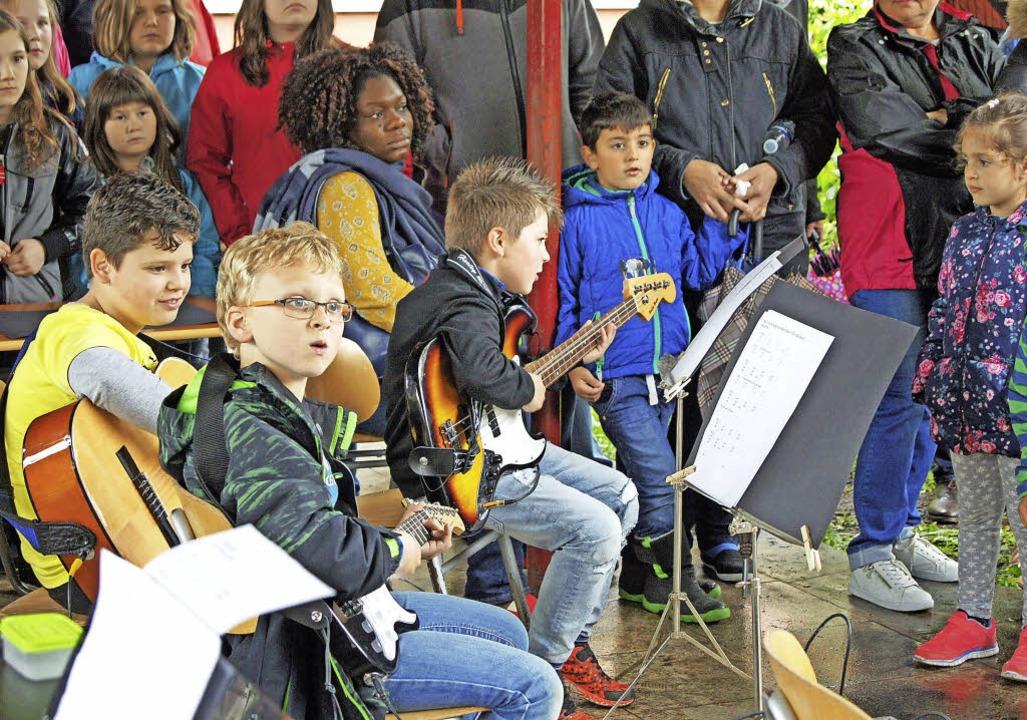 Musik  und  Unterhaltung – alles...en Jahrmarkt ausmacht, wurde geboten.   | Foto: Schule