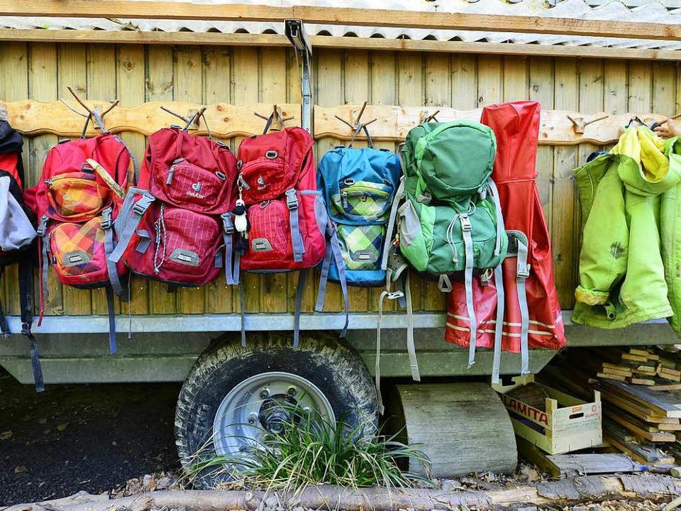 Ihre Garderobe haben die Eichbergkinder an einem Bauwagen.  | Foto: Ingo Schneider