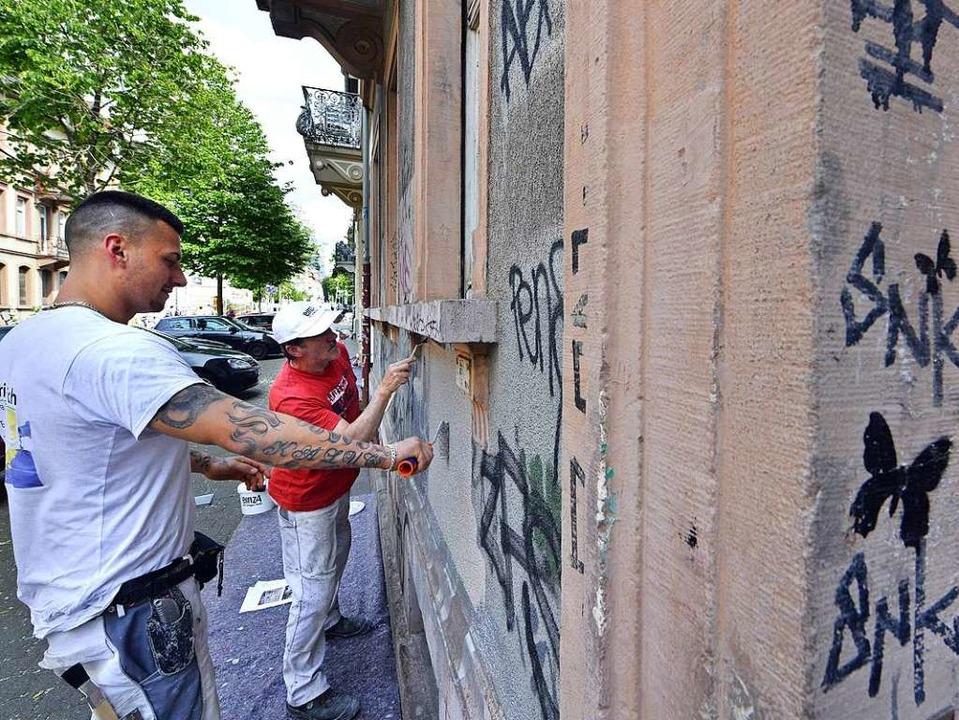Zwanzig Malerinnen und Maler waren &#8...#8220; im Einsatz gegen Schmierereien.  | Foto: Michael Bamberger